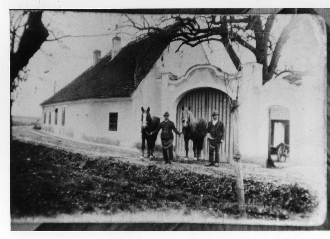 Hofeinfahrt 1934, wo sich heute der Wintergarten befindet (Medium)